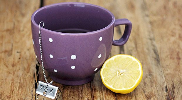 Nach der Arbeit bei einer Tasse Tee abschalten. So werden Sie schnell den Stress des Alltags für einige Minuten vergessen.