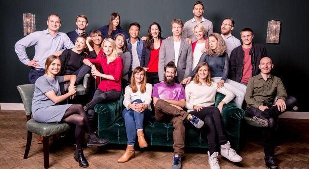 """Doreen Huber (Mitte, in rot), Gründerin von Lemoncat, schwört auf eine gute Mischung in ihrem Start-up-Team. Sie sagt: """"Wer nur Anfänger beschäftigt, zahlt am Ende drauf."""""""