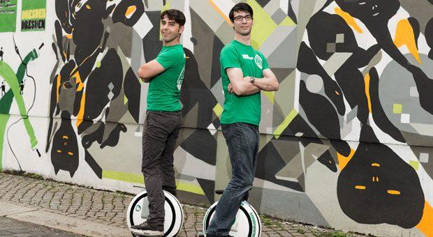 Mark Apitz (34, l.) hat in Dresden eine Kiosk-Kette aufgebaut. Jetzt hat er mit Stefan Dannfald (33, r.) seine neue Firma Einradpioniere gegründet. Sie verkaufen Elektro-Einräder in einem Kiosk.