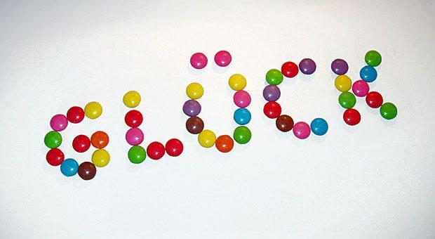 """Eine clevere Marketingstrategie: Kunden werden von Produktnamen wie """"Glück"""" oder """"Heiße Liebe"""" emotional geleitet."""