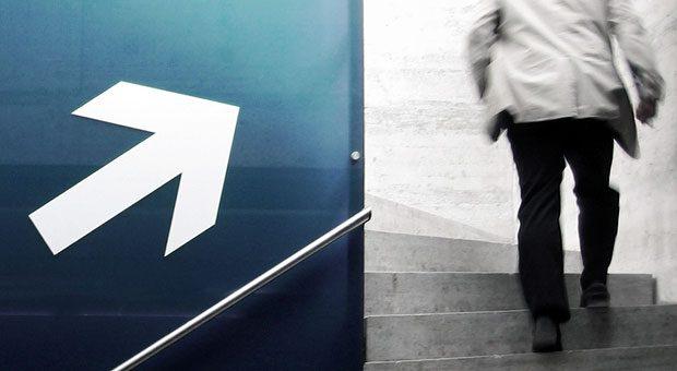 Nach oben - da wollen viele Mitarbeiter hin. Fehlende Aufstiegsmöglichkeiten können daher zum Problem für Unternehmen werden.
