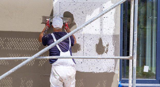 Ob für die energetische Sanierung von Wänden, für neue Fenster oder Türen: Unternehmen bekommen für solche Investitionen Fördermittel vom Staat.