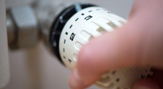 Wer das Thermostat runterdreht, kann seine Heizkosten senken: Ein Grad weniger spart rund sechs Prozent weniger Heizenergie.