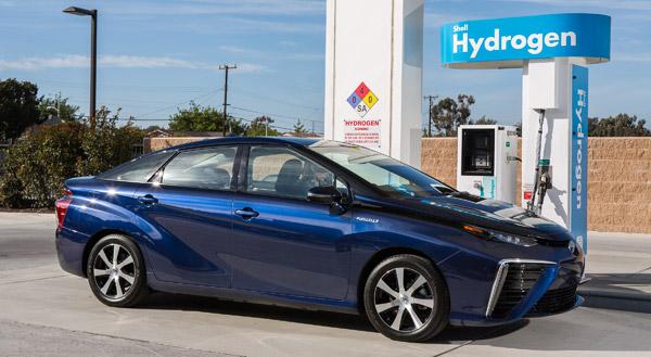 Huch - die Brennstoffzelle ist ja leer! Wer den neuen Toyota Mirai fährt, sollte die Füllstandanzeige im Blick behalten. Denn bisher gibt es in Deutschland 34 Stationen, an denen man Wasserstoff nachfüllen kann.