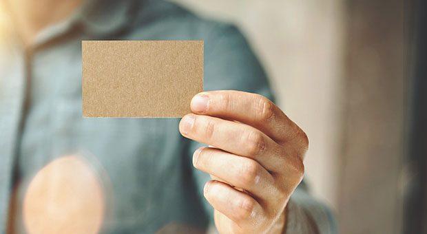 Wenn man eine Visitenkarte überreicht bekommt, sollte man kurz einen wertschätzenden Blick darauf werfen.