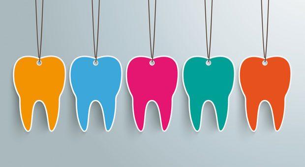 Wer einen Zahnersatz braucht oder besondere Ansprüche an Implantate, Inlays oder Kronen hat, muss oft einen Eigenbeitrag zahlen. Mit einer Zahnzusatzversicherung kann dieser Beitrag abgesichert werden.
