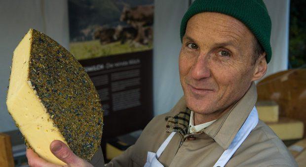 Der Heumilchkäse ist bei den Kunden von Kai Oldenbüttel besonders beliebt. Dafür kommen sie extra zu ihm auf den Wochenmarkt in Bremen.