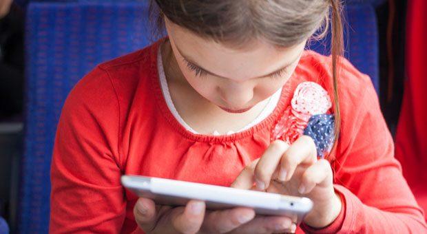Ein bisschen auf dem Smartphone wischen können schon die Kleinsten. Aber reicht das? Internetunternehmer Hubertus Porschen fordert, dass die digitale Welt endlich Einzug in den Schulunterricht nimmt - von Programmiersprachen bis zu den Funktionsweise von Apps.