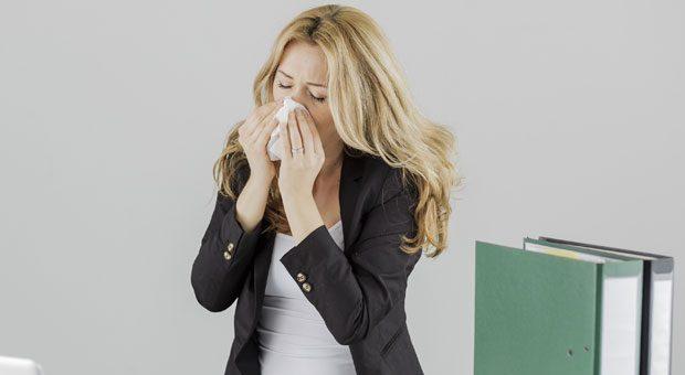 Immer mehr Kollegen werden krank und ehe man sich versieht, fängt man selbst an zu Schniefen und zu Husten. Dabei helfen schon einfache Vorsichtsmaßnahmen gegen Erkältungen.
