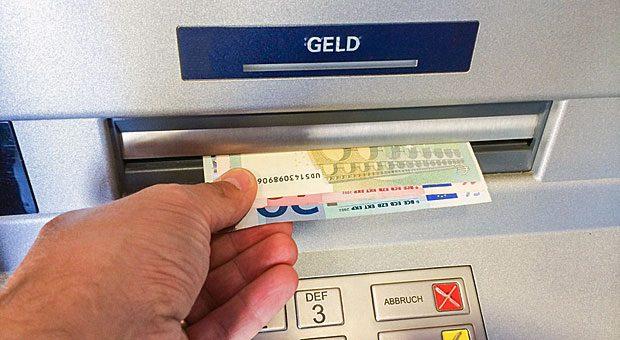 Schon in zwei Jahren könnten Kunden für das abheben von Geld bei bankeigenen Automaten Gebühren zahlen.