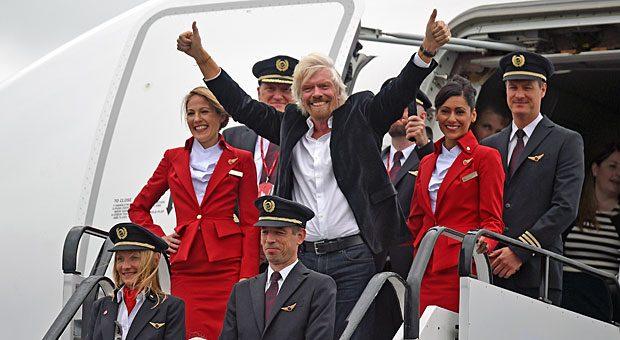 """Der Überflieger: Richard Branson mit Mitarbeitern seiner Airline. """"Behandeln Sie Menschen wie Blumen: Sie gedeihen nur, wenn sie regelmäßig gegossen und pfleglich behandelt werden"""", gibt der Seriengründer anderen Unternehmern mit auf den Weg."""