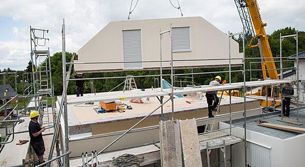 Wände aufstellen, Dach drauf, fertig ist das Haus - ganz einfach. Bei der Finanzierung eines Fertighauses gibt es allerdings einiges zu beachten.