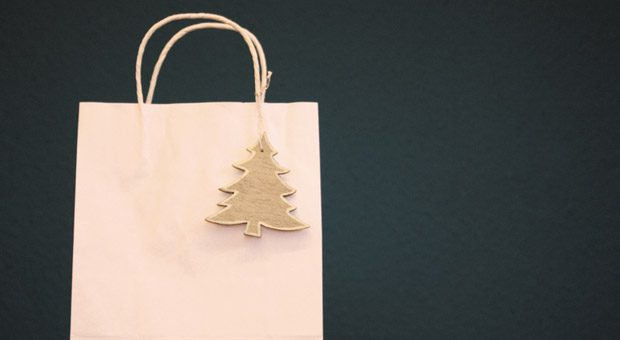 Viele Arbeitnehmer kaufen ihre Geschenke für Weihnachten während der Arbeitszeit. Aber ist das erlaubt?