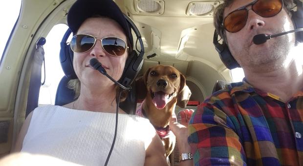 Privatflug nach München: Seitdem ihr Mann einen Pilotenschein hat, fliegt das Unternehmerpaar - auch ihrem Hund gefällt die Reise.