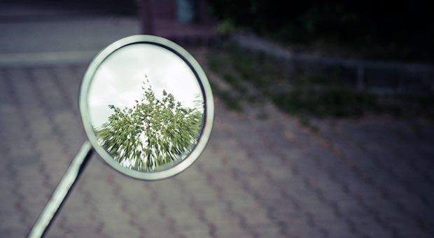 Halten Sie dem Arbeitsjahr 2017 den Spiegel vor: Durch die Selbstreflexion lassen sich rückblickend Lehren aus dem Erlebten ziehen.