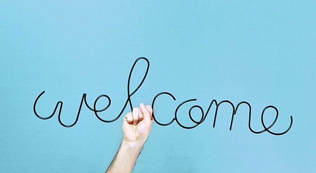 Eine Willkommensmappe für neue Mitarbeiter hat nicht nur organisatorische Vorteile. Das neue Teammitglied fühlt sich im wahrsten Sinne des Wortes herzlich willkommen geheißen.