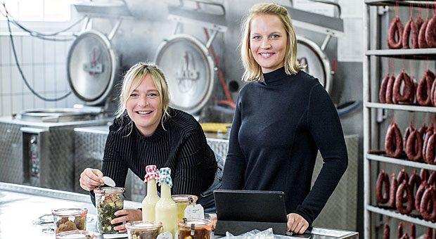 Anja (links) und Nadine Rüweling verkaufen online Boxen mit Wurst und Gerichten in Weckgläsern aus der Fleischerei ihres Vaters.