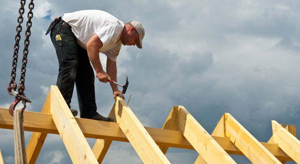 Wer ein Haus bauen will, sollte vorher durchrechnen was günstiger ist: Bereitstellungszinsen zu zahlen oder einen Zinsaufschlag.