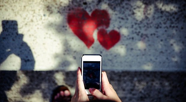 Was lässt die Herzen von Facebook-Nutzern höher schlagen? Wenn Unternehmen auf Facebook keinen Erfolg haben, dann liegt es häufig an fünf typischen Fehlern.