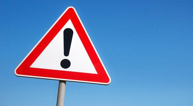 Vorsicht, Ärger im Anmarsch! Unternehmer, die vergessen, ihre Kunden auf die Verbraucherstreitbeilegung hinzuweisen, müssen mit Abmahnungen rechnen.