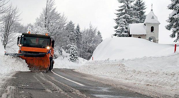 Bis alle Straßen geräumt sind, kommen Autofahrer nur langsam voran. Sind sie aber dann wegen Schnee zu spät bei der Arbeit, kann der Arbeitgeber den Lohn kürzen: Der Arbeitnehmer trägt das Wegerisiko.