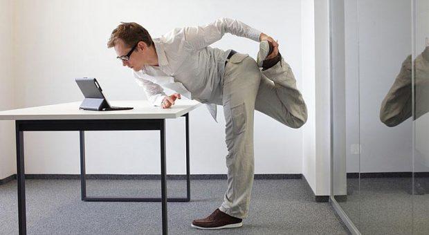 Tricksen Sie Ihren Büro-Alltag aus und arbeiten einfach mal im Stehen. Sie müssen sich dabei ja nicht gleich verrenken ...