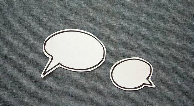 Keine passenden Worte parat? Mit Fremden fällt es uns oft schwer, ins Gespräch zu kommen. Diese Tipps helfen, neue Kontakte zu knüpfen.