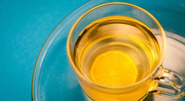 Eine heiße Zitrone trinken und die Erkältung daheim auskurieren – nicht nur aus Firmensicht ist das oft das Vernünftigste. Wer krank zur Arbeit geht (Präsentismus), kann erheblichen Schaden verursachen.