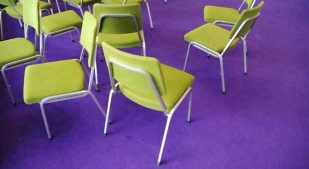 So sehr das Stühlerücken auch nerven kann, für den Erfolg von Meetings kann die Sitzordnung entscheidend sein.
