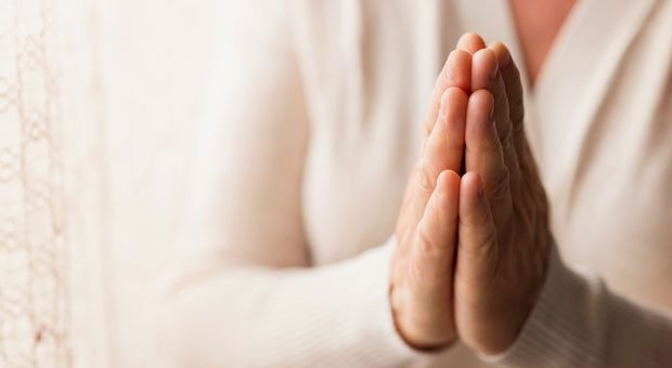 Eine kurze Pause für Gott: Wenn Mitarbeiter während der Arbeitszeit beten wollen, gilt wie so häufig: reden hilft. Häufig lässt sich eine Lösung finden, mit der alle zufrieden sind.