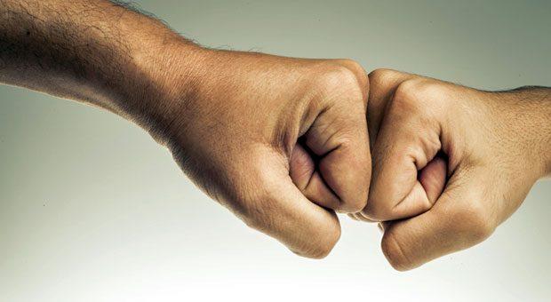 """Entscheidend für die emotionale Mitarbeiterbindung sind weder Gruppenkuscheln noch typische Männerrituale wie der """"Fistbump"""". Mitarbeiter wünschen sich vielmehr eine klare Kommunikation und die Möglichkeit, das zu tun, was sie gut können."""