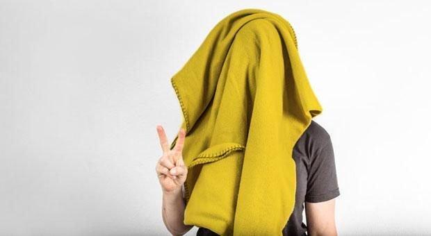 Manche Mitarbeiter würden sich morgens am liebsten unter einer Decke verstecken. Es gibt jedoch simple Tricks, die helfen, die Müdigkeit zu überwinden.