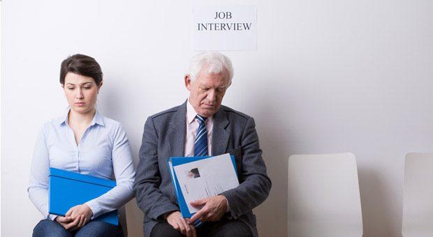 Jung oder alt - wer ist die bessere Wahl? Eine aktuelle Befragung zeigt: Unternehmen, die beim Recruiting auf ältere Mitarbeiter gesetzt haben, sind mir ihrer Wahl zufrieden.