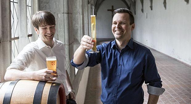 Martin Hipp (links) und Andreas Kunzemann haben die Altdorfer Klosterbrauerei wiederbelebt. Die Unternehmer haben die Rezeptur ihres  oberschwäbischen Klosterbiers selbst ausgetüftelt.
