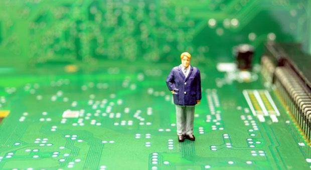 Ähnlich verloren wie dieser Miniatur-Unternehmer zwischen den Schaltkreisen einer Platine stehen offenbar viele Mittelständler vor den Herausforderungen der Digitalisierung – und nutzen die damit verbundenen Chancen nicht.