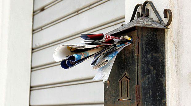 Wenn Ihr virtuelles Postfach regelmäßig so überfüllt ist wie dieser Briefkasten, sollten Sie versuchen, die E-Mail-Flut einzudämmen.