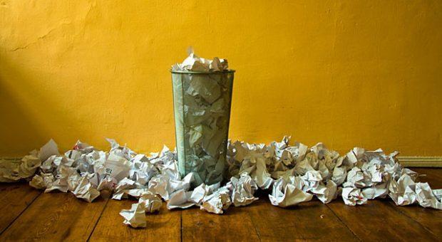 Ab in den Papierkorb damit! Cal Newports radikaler Ansatz, E-Mails zu sortieren, erspart sehr viel Zeit.