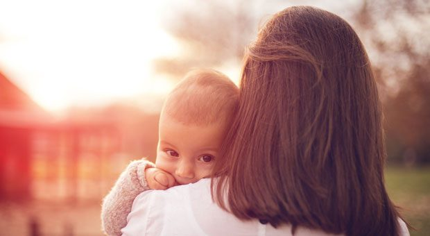 Mutter mit Kind: Wenn Arbeitnehmer Eltern werden, hat das auch Auswirkungen für den Arbeitgeber - denn die Mitarbeiter gehen in Mutterschutz und Elternzeit.