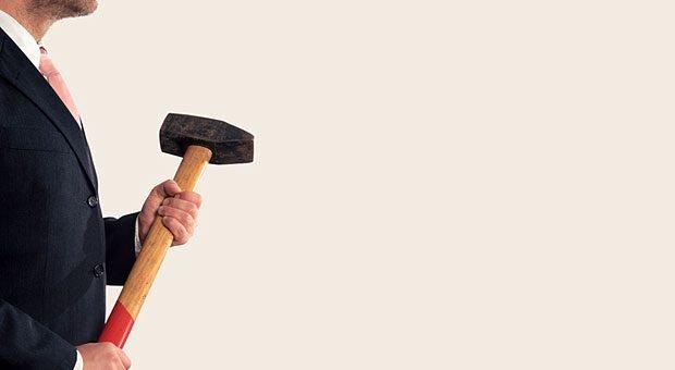 Kritik kann einen manchmal treffen wie ein Schlag mit einem Vorschlaghammer. Wie kann man besser damit umgehen?
