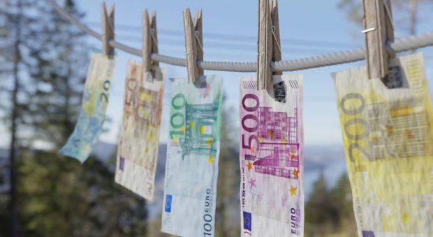 Ab auf die Leine: Das neue Geldwäschegesetz sorgt für strengere Vorschriften bei Bargeldgeschäften.