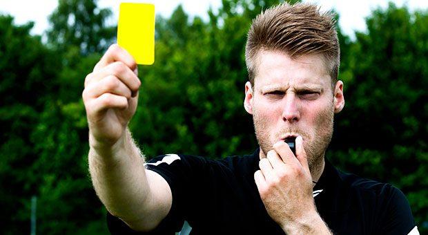 Wer einen Mitarbeiter abmahnt, zeigt ihm die Gelbe Karte. Doch damit ein Gericht die Abmahnung anerkennt, muss sie verschiedene formale und inhaltliche Anforderungen erfüllen.