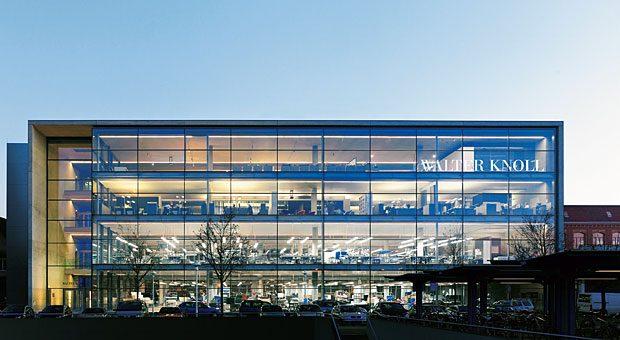Gläserne Tradition: Seit 1865 produziert Walter Knoll hierzulande Möbel. Den Glasbau am Herrenberger Bahnhof bezog die Firma 2006.