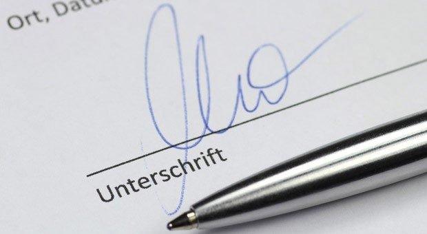 Sobald er unterschrieben ist, gilt der Arbeitsvertrag - egal, ob alle Klauseln rechtens sind. Oder etwa nicht?
