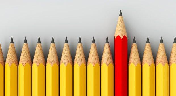 Unter vielen gelben Stiften sticht ein roter heraus. Auf der Suche nach guten Führungskräften in den eigenen Reihen geht es genau darum: unter den Mitarbeitern einen mit herausstechenden Qualitäten zu finden.