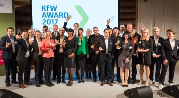 Die KfW-GründerChampions von 2017 freuen sich über ihre Preise.