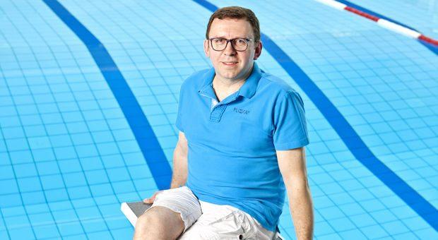 Gründer Rainer Fakesch entwickelte das Rettungsgerät. Um den Hals gelegt, erkennen die Sensoren, wenn dem Schwimmer Gefahr droht. Dann pumpen sich die im Ring versteckten Schwimmhilfen auf und halten sich über Wasser.