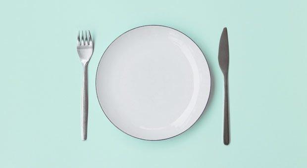 Im Ramadan bleibt bei vielen Muslimen der Teller leer: Tagsüber dürfen sie im Fastenmonat nicht essen und trinken.