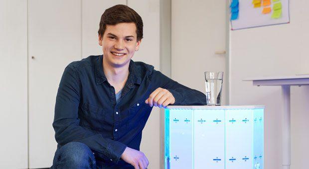 """""""Sbotlight""""-Gründer Saber Kaygusuz mit seinem Getränkeroboter. Für den ersten Prototypen hatte er vor Jahren einen Wäschekorb aus dem Baumarkt umfunktioniert."""