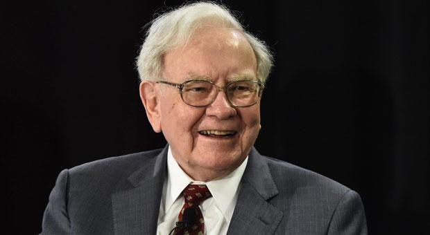 Steinreich und dennoch bodenständig: Star-Investor Warren Buffett ist der zweitreichste Mann der Welt - und lebt trotzdem sparsam. 10 verrückte Fakten über Warren Buffett.