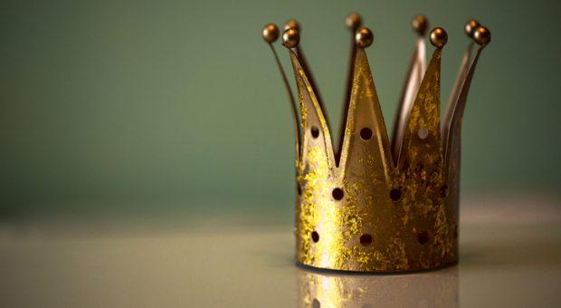 Sich für einen Tag die Krone aufsetzen: Was würden Mitarbeiter tun, dürften sie einen Tag lang die Chefrolle übernehmen. Die Antworten überraschen.